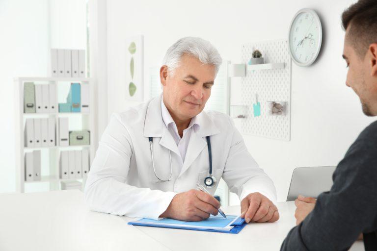 врач за столом